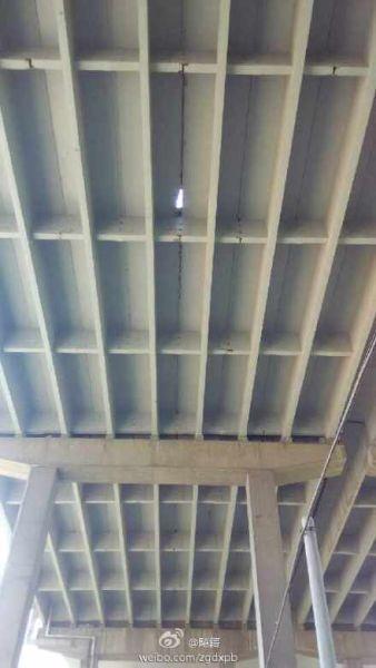 白沙洲大桥汉阳引桥桥面上的破洞