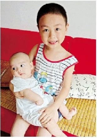 图为:哥哥抱着妹妹胡辰妤