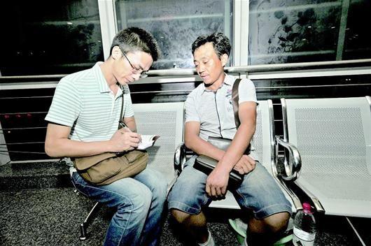 图为:本报特派记者(左)在上海长海医院采访宋亚良的丈夫程永红