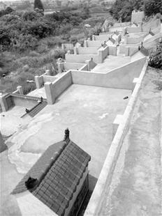 """图为:梯子山上,村民围建起来出售的""""空墓地"""""""