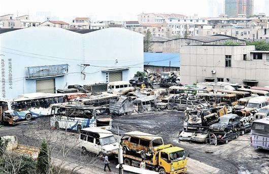 武汉一回收汽车停车场起火