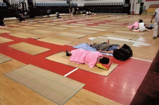 图为:昨晚9时,华师体育馆地铺阵比往年冷清许多