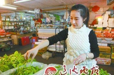 """丹东""""90后""""美女来到农贸市场成为一名菜贩"""
