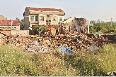 图为:昨日,江夏区法泗镇发生地陷,两栋民房垮塌。 记者王永胜摄