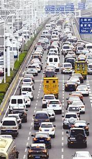 图为:昨日,武汉二环线上,竹叶山往汉口火车站方向车流拥堵 (记者邹斌摄)