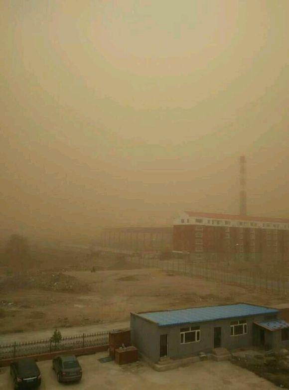 张家口出现沙尘暴天气 局地风力达九级