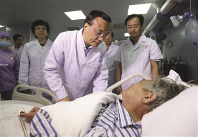 南京大妈铁棍敲击船身获救 李克强到病房探望