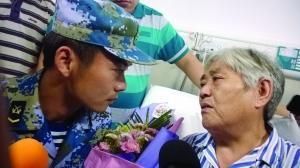 潜水员官东探望他救起的南京朱大妈