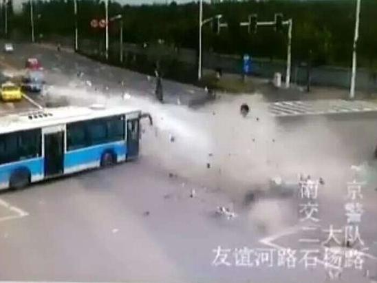 陕西一宝马车南京车祸致2人亡 肇事司机被控制