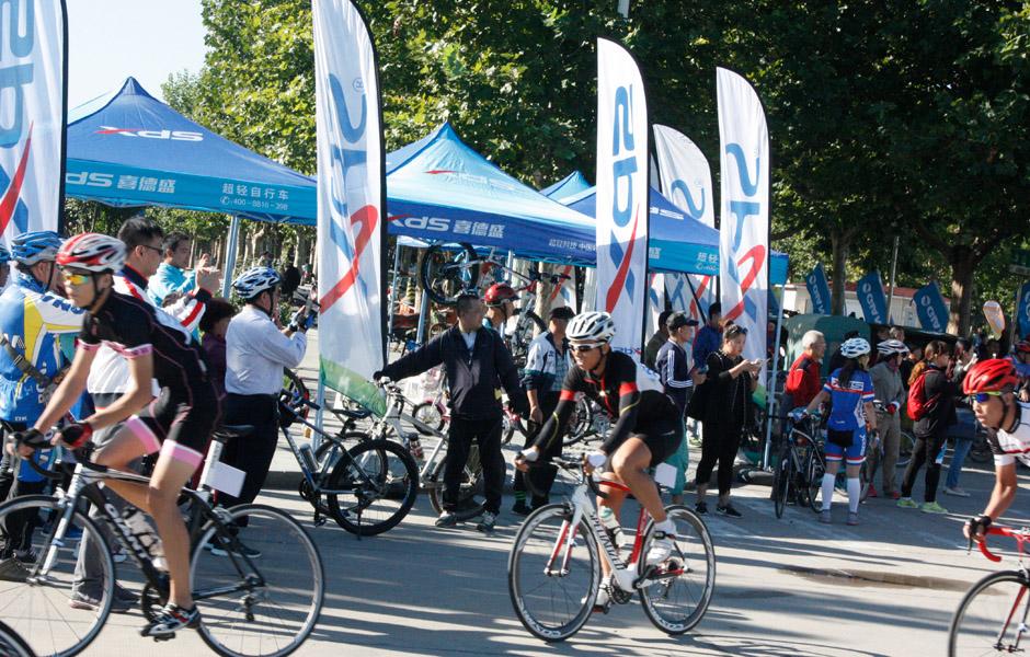 比赛开始啦,选手们陆续越过起点线,开始了长达60公里的公路赛
