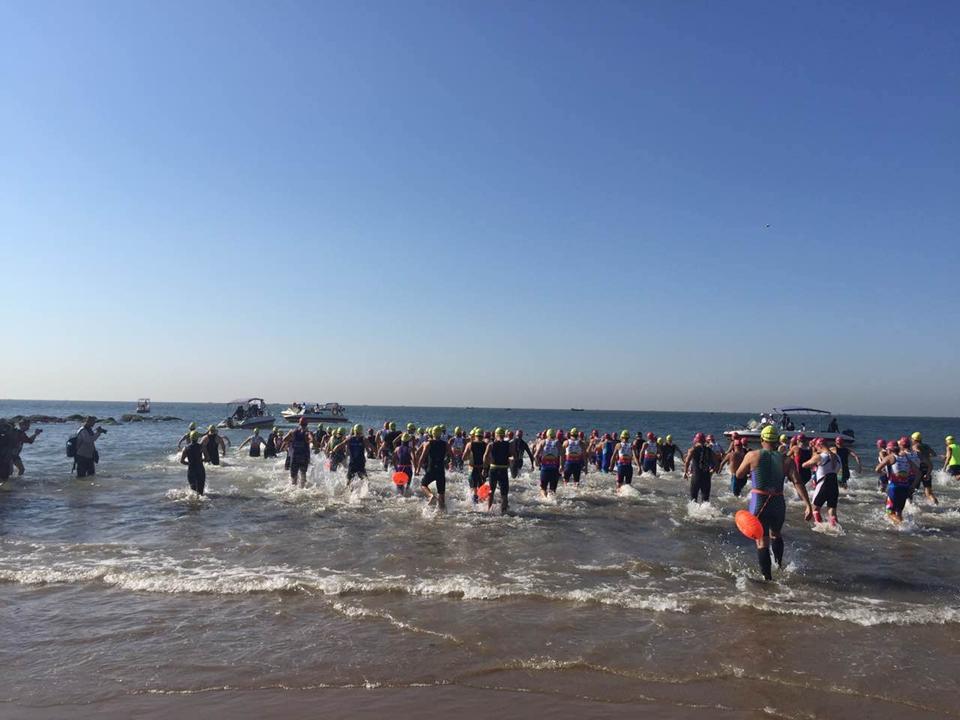 比赛开始啦!选手们冲向大海,挑战正式开始……