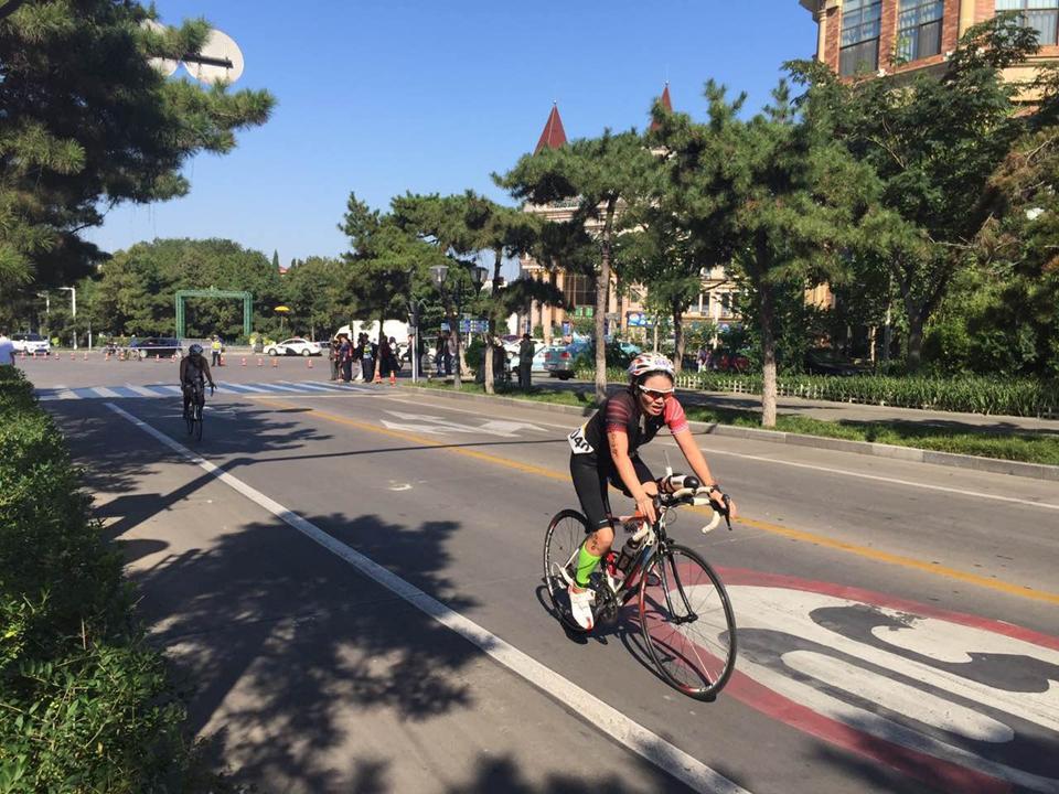 自行车项目中,选手们你追我赶,毫不相让。女选手也是巾帼勿让须眉