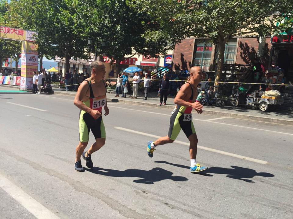 长跑项目中坚韧不拔的参赛选手们依然坚持比赛