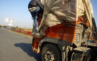 车头被撞坏 蒙上塑料布就上路