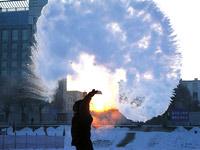 震撼:极寒天试验洒水成冰 泼出热水即刻变成冰