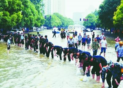 南京全市民警全力防汛抗灾 确保群众安全