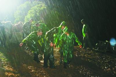 南京石臼湖边抢险队员连夜堵漏保大堤