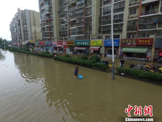 """""""暴力梅""""袭南京:市民马路上捕鱼 业主门口筑坝排水"""