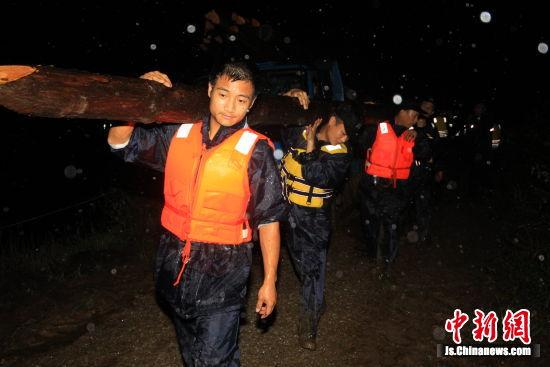 南京溧水开展抢险抗灾工作应对特大暴雨袭击