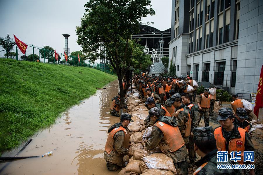南京江边学校大堤渗漏 抢险部队紧急救援