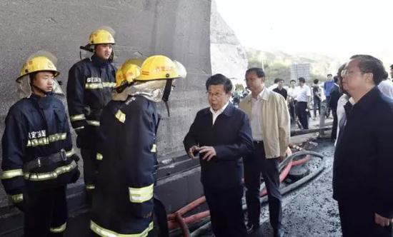 赵克志许勤深入张石高速事故现场:全力以赴挽救生命