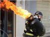 消防员抱液化气罐