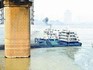 货轮撞上长江大桥