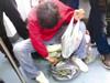 地铁里摘菜惹非议