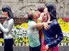 男子舌吻女雕塑