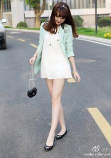 白皙美女的粉嫩OL装