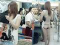 武汉一女背部全裸露臀购物 网络爆红