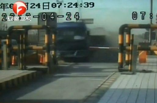 实拍大货车司机开车睡着 笔直撞向收费亭