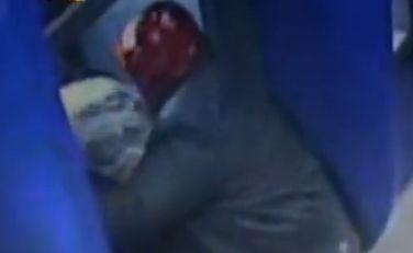 实拍男子ATM机前用塑料袋抢劫取款女性