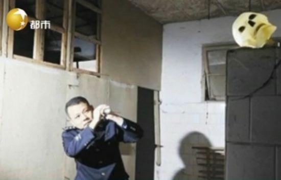 武汉警察接受鬼屋训练 女尸白骨中找东西