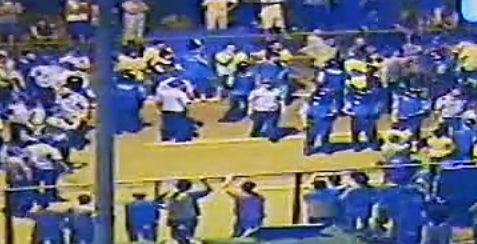 众居民与警察对峙