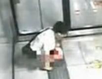 监控实拍女子地铁站内脱裤大便惊呆旁人