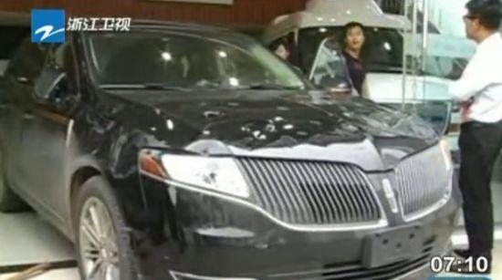 武汉男子怒砸豪车