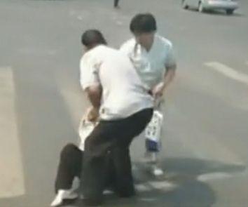 实拍中年男子当街殴打拖拽白发老太太