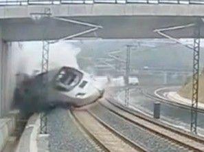 实拍火车脱轨侧翻