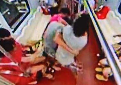 实拍男子地铁为孩子把尿 乘客劝阻遭暴打