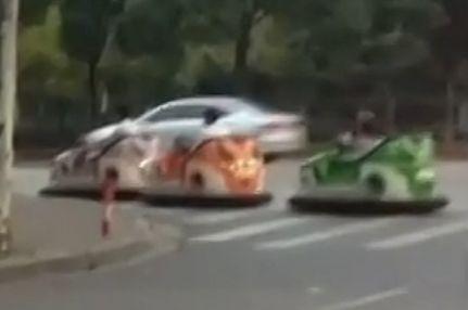 员工开碰碰车回家