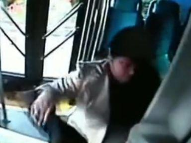 妇女殴打猛捶司机