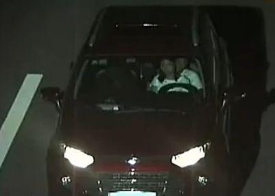 男抱女友高速开车