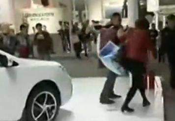 实拍女土豪车展上疯狂划车逼夫当场买车