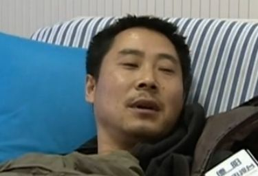男子帮人指路被迷晕 跪地醒来肛门塞酒杯
