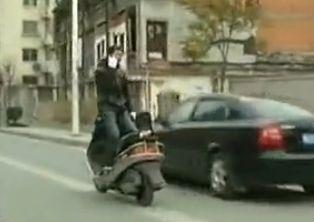 男倒骑摩托打电话