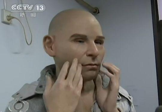 监拍男子戴人皮面具银行盗存款 表情僵硬
