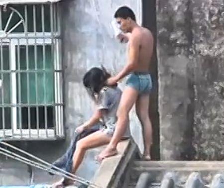 实拍三亚半裸男持刀劫女孩站房顶与警对峙