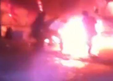 实拍男子为争房产泼汽油烧店 一人被烧成火人
