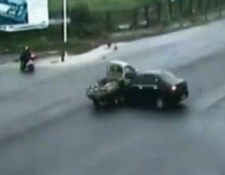 监拍小轿车撞飞货车 路人奇迹躲过瞬间
